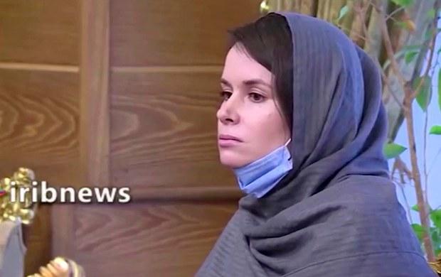 นางสาวไคลี มัวร์ กิลเบิร์ต ถูกจับกุมในอิหร่าน เมื่อปี 2561 และได้รับโทษจำคุก 10 ปี ในความผิดฐานจารกรรม ภาพนี้ถูกถ่ายไว้ที่กรุงเตหะราน หลังจากเธอได้รับการปล่อยตัว พร้อมกับชาวอิหร่านอีกสามคน ซึ่งถูกจำคุกในต่างประเทศ ภาพถ่ายจากคลิปวิดีโอวันที่ 26 พฤศจิกายน 2563