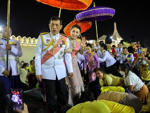 พระบาทสมเด็จพระเจ้าอยู่หัว และ สมเด็จพระนางเจ้าฯ พระบรมราชินี ทรงพระดำเนินไปตามถนนหน้าพระลาน เพื่อเยี่ยมพสกนิกรที่มาเฝ้าฯรับเสด็จฯ ทรงมีพระราชปฏิสันถารกับประชาชน หลังจากเสร็จพระราชพิธีทรงบําเพ็ญพระราชกุศล เนื่องในวันปิยมหาราช ณ พระที่นั่งอมรินทรวินิฉัย ในพระบรมมหาราชวัง วันที่ 23 ตุลาคม 2563