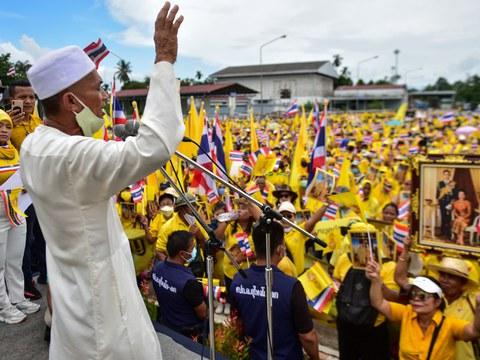 ผู้นำศาสนาอิสลาม ขณะปราศรัยกับมวลชนไทยในภาคใต้ ในระหว่างการชุมนุมเพื่อแสดงความจงรักภักดีต่อสถาบันพระมหากษัตริย์ ในอำเภอสุไหงโก-ลก จังหวัดนราธิวาส วันที่ 21 ตุลาคม 2563