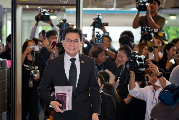 นายจุรินทร์ ลักษณวิศิษฎ์ หัวหน้าพรรคประชาธิปัตย์ เดินทางมาถึงรัฐสภา ในกรุงเทพฯ เพื่อลงมติเลือกนายกรัฐมนตรี วันที่ 5 มิถุนายน 2562