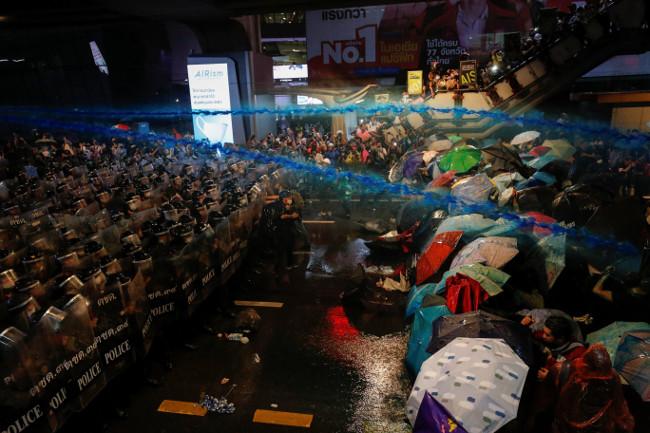 ผู้ชุมนุมถูกฉีดน้ำผสมด้วยแก๊สน้ำตาและสี ในระหว่างการประท้วงต่อต้านรัฐบาล ในกรุงเทพฯ วันที่ 16 ตุลาคม 2563 (รอยเตอร์)