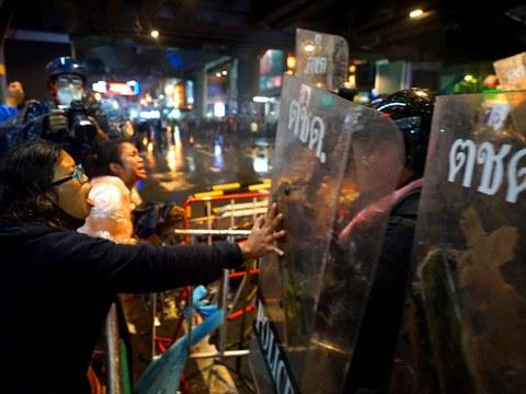 ผู้ประท้วงพยายามหยุดยั้งไม่ให้ตำรวจไทยรุกคืบการชุมนุม ที่ย่านสยามสแควร์ ในกรุงเทพฯ วันที่ 16 ต.ค. 2563