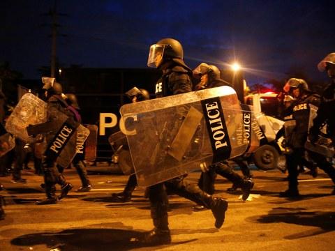 เจ้าหน้าที่ตำรวจเดินถือโล่ปราบจลาจลเข้าหากลุ่มผู้ประท้วง ในกรุงเทพฯ วันที่ 14 ต.ค. 2563