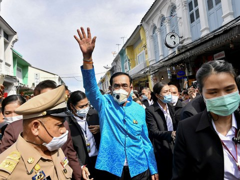 พล.อ.ประยุทธ์ จันทร์โอชา นายกรัฐมนตรี ท่ามกลางฝูงชนระหว่างการเยือนภูเก็ต เพื่อฟื้นฟูอุตสาหกรรมการท่องเที่ยว ที่ได้รับผลกระทบจากการแพร่ระบาดโควิด-19 วันที่ 3 พฤศจิกายน 2563