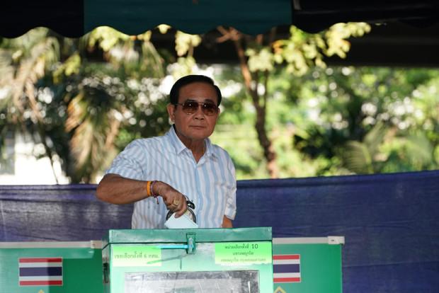 พลเอกประยุทธ์ จันทร์โอชา หย่อนบัตรลงคะแนน ที่เขตเลือกตั้งที่ 10 พญาไท กรุงเทพฯ วันที่ 24 มีนาคม 2562 (ภิมุข รักขนาม/เบนาร์นิวส์)