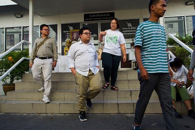 เพนกวิน-รุ้ง และผู้ชุมนุมอีก 4 คน รับทราบข้อหา ม.112