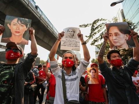 ชาวเมียนมาชุมนุม ที่หน้าสถานเอกอัครราชทูตเมียนมาประจำประเทศไทย หลังเกิดรัฐประหารและจับกุมตัวนางอองซาน ซูจี วันที่ 1 กุมภาพันธ์ 2564