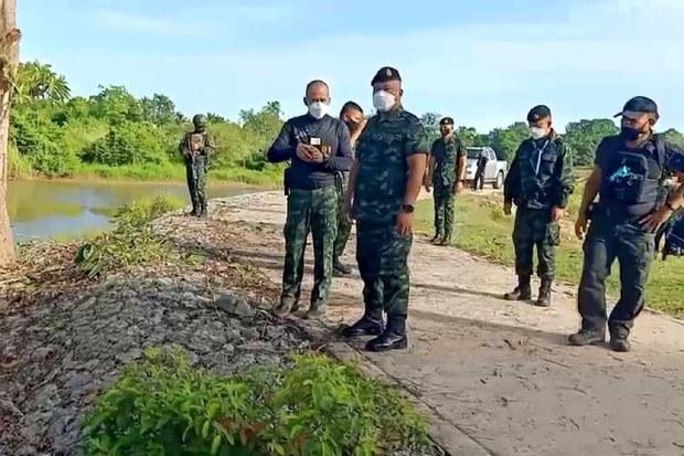 พล.ท. เกรียงไกร ศรีรักษ์ แม่ทัพภาคที่ 4 ลงพื้นที่ตรวจสอบเหตุคนร้ายลอบโจมตีฐานจรยุทธ์ กองร้อยทหารพรานที่ 4514 ริมฝั่งแม่น้ำสุไหงโก-ลก ในพื้นที่บ้านแฆแบะ ม.1 ต.นานาค อ.ตากใบ วันที่ 3 สิงหาคม 2564