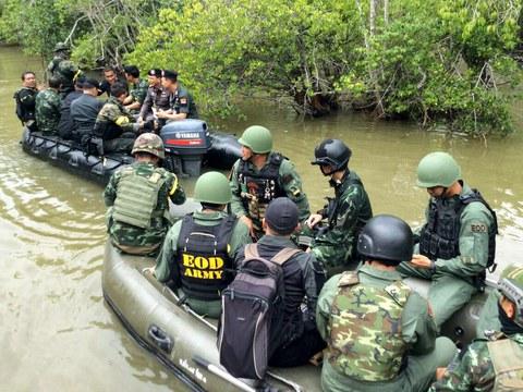 เจหน้าที่ตำรวจ-ทหาร นั่งเรือยางเข้าตรวจสอบแหล่งประกอบระเบิดของผู้ก่อความไม่สงบในป่าโกงกาง ที่บ้านตันหยงเปาว์ อ.หนองจิก จ.ปัตตานี  วันที่ 10 ก.พ. 2559
