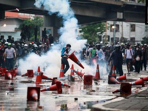 ผู้ประท้วงปะทะกับตำรวจระหว่างการประท้วงต่อต้านการจัดการแพร่ระบาดโควิด-19 ของรัฐบาล ในกรุงเทพฯ วันที่ 10 สิงหาคม 2564