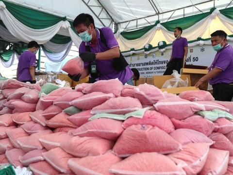 เจ้าหน้าที่ป้องกันและปราบปรามยาเสพติดของไทยจัดเรียงถุงยาบ้า ในพิธีทำลายยาเสพติดที่ยึดมาได้ ครั้งที่ 50 ที่จังหวัดพระนครศรีอยุธยา วันที่ 26 มิถุนายน 2563