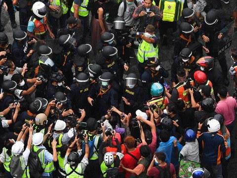 ตำรวจควบคุมฝูงชนปะทะกับผู้ชุมนุมที่ออกมาเรียกร้องให้พลเอก ประยุทธ์ จันทร์โอชา ลาออกจากตำแหน่งนายกรัฐมนตรี ที่ย่านดินแดง เพราะเห็นว่ารัฐบาลล้มเหลวในการรับมือการระบาดโควิด-19 วันที่ 7 กันยายน 2564