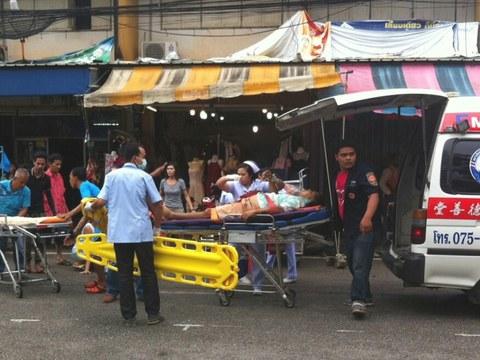 เจ้าหน้าที่และหน่วยกู้ชีพช่วยเหลือผู้บาดเจ็บจากเหตุระเบิดที่ตลาดคนเดิน ใกล้ศาลากลาง จังหวัดตรัง วันที่ 11 สิงหาคม 2559