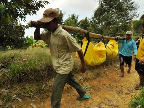 ชาวบ้านในพื้นที่ Parigi Moutong ประเทศอินโดนีเซีย ช่วยกันหาบร่างของเกษตรกรที่ถูกฝ่ายปฏิบัติการของกลุ่มมูจาฮีดีนอินโดนีเซียตะวันออก (Eastern Indonesia Mujahideen – MIT) สังหาร วันที่ 14 กันยายน 2558