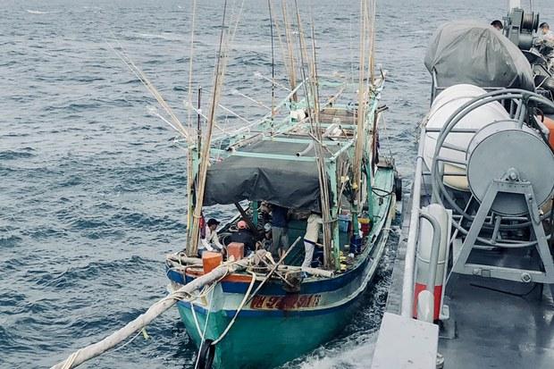 ทัพเรือภาคที่สอง จับชาวประมงเวียดนาม 12 คน